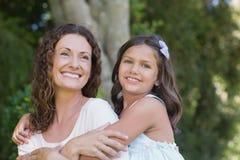 Abarcamiento feliz de la madre y de la hija Fotos de archivo libres de regalías