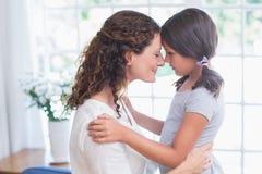 Abarcamiento feliz de la madre y de la hija Fotos de archivo