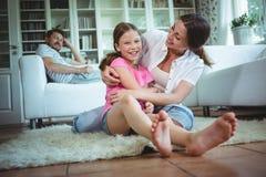 Abarcamiento feliz de la madre y de la hija Fotografía de archivo
