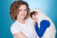 Abarcamiento feliz de la mama y del niño Imagen de archivo libre de regalías