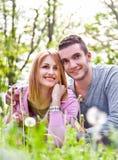 Abarcamiento feliz de los pares al aire libre en parque Imagen de archivo