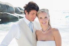 Abarcamiento feliz de novia y del novio Foto de archivo libre de regalías