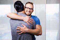 Abarcamiento gay sonriente de los pares Fotografía de archivo libre de regalías
