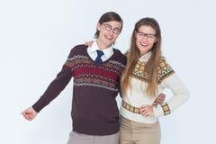 Abarcamiento geeky feliz de los pares del inconformista Fotografía de archivo