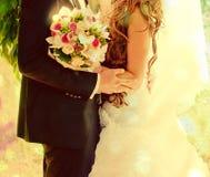 Abarcamiento hermoso de novia y del novio Imagen de archivo libre de regalías