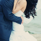 Abarcamiento hermoso de novia y del novio Foto de archivo
