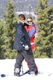 Abarcamiento joven de los esquiadores Foto de archivo libre de regalías