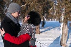 Abarcamiento joven de los pares Al aire libre invierno Imágenes de archivo libres de regalías
