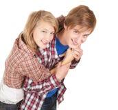 Abarcamiento joven feliz de los pares Imágenes de archivo libres de regalías