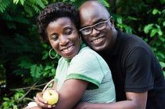 Abarcamiento joven feliz de los pares Fotografía de archivo libre de regalías