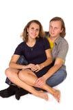 Abarcamiento joven hermoso de los pares del amor Imagen de archivo libre de regalías