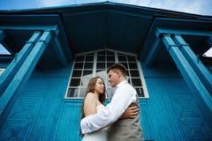 Abarcamiento joven impresionante de los pares de la boda Fotos de archivo libres de regalías