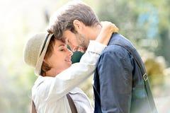 Abarcamiento joven romántico de los pares Imágenes de archivo libres de regalías