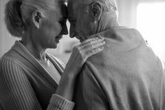 Abarcamiento mayor del marido y de la esposa, blanco y negro Fotografía de archivo