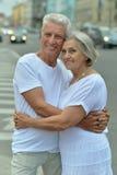 Abarcamiento mayor feliz de los pares Foto de archivo