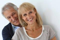 Abarcamiento mayor sonriente de los pares Imagen de archivo libre de regalías