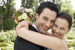 Abarcamiento nuevamente casado de la pareja Foto de archivo libre de regalías