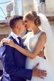 Abarcamiento que se besa romántico de novia y del novio Foto de archivo