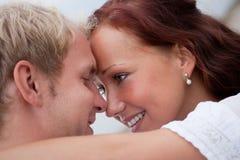 Abarcamiento romántico de los pares Fotografía de archivo libre de regalías