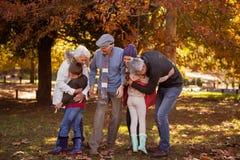 Abarcamiento sonriente de la familia Imagen de archivo libre de regalías