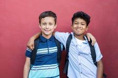 Abarcamiento sonriente de los amigos de los niños Imagen de archivo libre de regalías