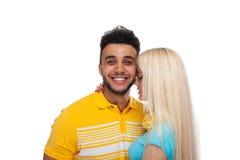 Abarcamiento sonriente del amor feliz joven hermoso de los pares, sonrisa hispánica de la mujer del hombre Imagen de archivo