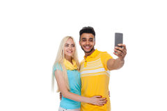 Abarcamiento sonriente del amor feliz joven hermoso de los pares tomando la foto de Selfie en el teléfono elegante de la célula,  Imágenes de archivo libres de regalías