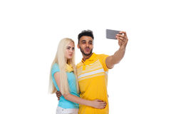 Abarcamiento sonriente del amor feliz joven hermoso de los pares tomando la foto de Selfie en el teléfono elegante de la célula,  Fotografía de archivo