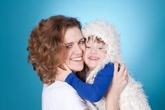 Abarcamiento sonriente del niño y de la mama Foto de archivo