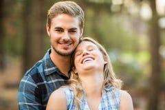 Abarcamiento sonriente feliz de los pares Imagen de archivo libre de regalías