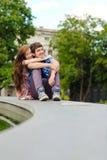 Abarcamiento sonriente feliz joven de los pares Imágenes de archivo libres de regalías