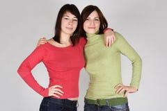Abarcamiento trigueno joven de dos muchachas Fotos de archivo