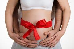 Abarcamiento Woman& embarazada x27 del hombre; vientre de s Fotos de archivo libres de regalías