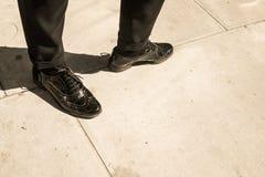 Abarcas del cuero del negro del estilo de Londres y pantalones clásicos negros Fotografía de archivo