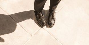 Abarcas del cuero del negro del estilo de Londres y pantalones clásicos negros Imagenes de archivo
