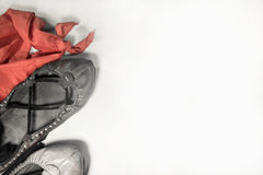 abarka, écharpe rouge, chaussettes blanches - le concept de danse Basque d'accessoires de gens de la campagne fait la fête De Bay Image libre de droits