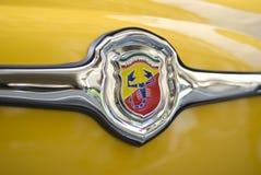 Abarth logo på den klassiska bilen Arkivbild