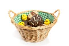 Abasket mit Ostereiern und Küken Lizenzfreie Stockbilder