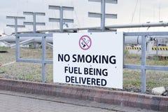 Abasteça ser sinal não fumadores entregado na refinaria de petróleo e gás imagem de stock