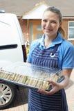 Abastecedor de sexo femenino que entrega a Tray Of Sandwiches To House Imagenes de archivo
