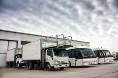 Abastecedores de los aviones y autobuses del aeropuerto en el estacionamiento Fotos de archivo libres de regalías