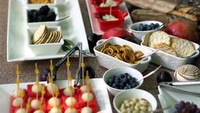 Abasteciendo, casandose la tabla con la fruta y los bocados dulces almacen de metraje de vídeo