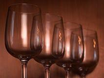Abasteciendo, concepto del partido: copas de vino en un fondo de madera Foco selectivo Imagen de archivo