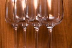 Abasteciendo, concepto del partido: copas de vino en un fondo de madera Foco selectivo Fotos de archivo