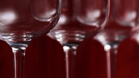 Abasteciendo, concepto del partido: copas de vino en un fondo de rubíes Foco selectivo Imagenes de archivo
