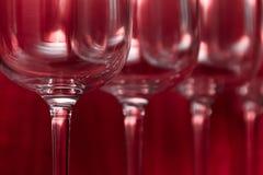 Abasteciendo, concepto del partido: copas de vino en un fondo de rubíes Foco selectivo Fotos de archivo