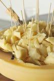 Abasteciendo, pedazo grande del queso parmesano Imágenes de archivo libres de regalías