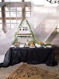 Abasteciendo, una tabla de la boda con el champán, frutas, bocados Fotos de archivo
