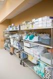 Abastecimentos hospitalares arranjados em troles Imagem de Stock Royalty Free