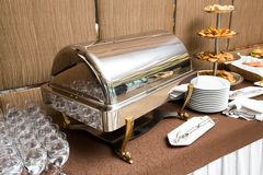 Abastecimiento - bandeja que se calienta del plato de la comida fría Fotos de archivo